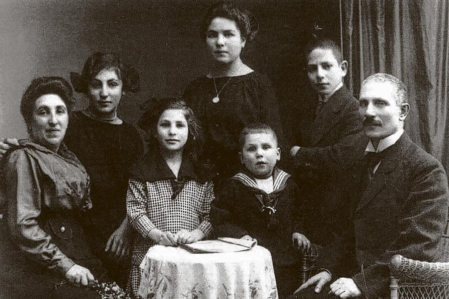 Familie Abraham und Helene Basch mit den Kindern Hertha, Margot, Herbert, Arthur und Dina.