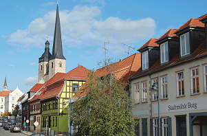 Straßenansicht aus Burg bei Magdeburg mit Stadtmühle und Oberkirche